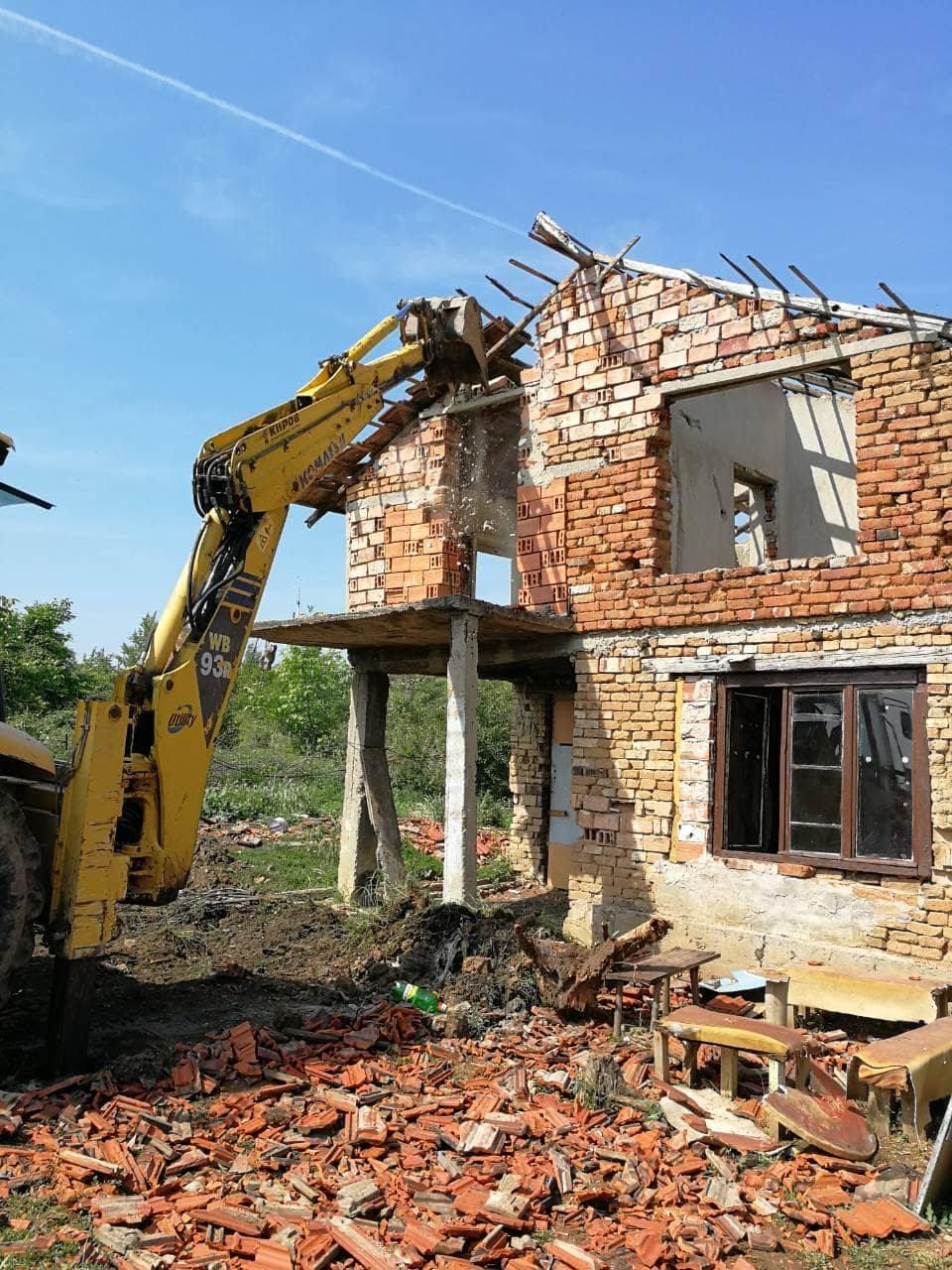 събаряне на къща с багер плевен